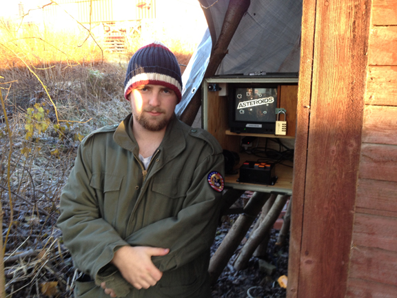 Svarta-Baskern (one of the COs) and the geocache.
