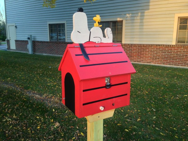 Snoopy and Woodstock on top of the geocache. Photo by geocacher Syclone0044